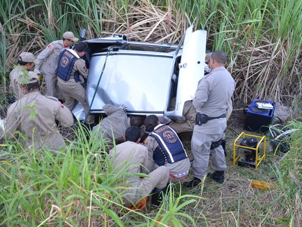 Vítimas tiveram que ser retiradas das ferragens pelos Bombeiros (Foto: Walter Paparazzo/G1)