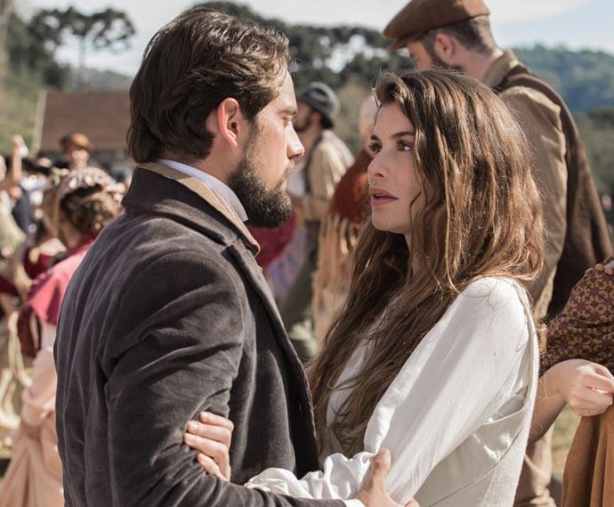 Felipe e Lívia se reencontram na festa da colheita (Foto: Fábio Rocha/Gshow)