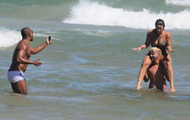 Viviane Araújo e namorado na praia em Búzios, RJ (Foto: Marcelo Dutra / FotoRioNews)