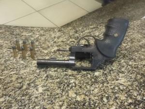 Revólver foi apreendido com suspeito em Paraty (Foto: Divulgação/PM)