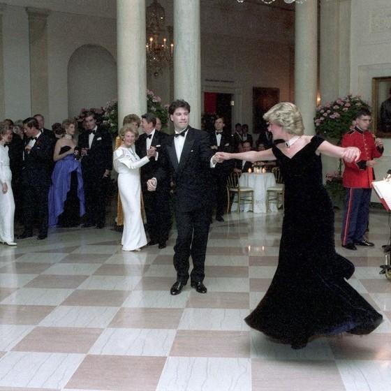 Princesa Diana e John Travolta dançam juntos após um jantar na Casa Branca, em 1985 (Foto: Reprodução)