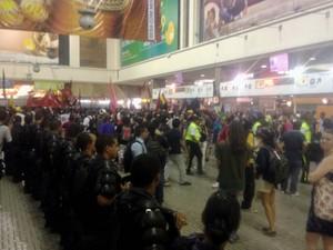 Manifestantes ocuparam o interior do prédio da Central do Brasil (Foto: Daniel Silveira / G1)