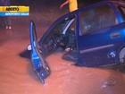 Carro é engolido por cratera na Região Metropolitana de Porto Alegre