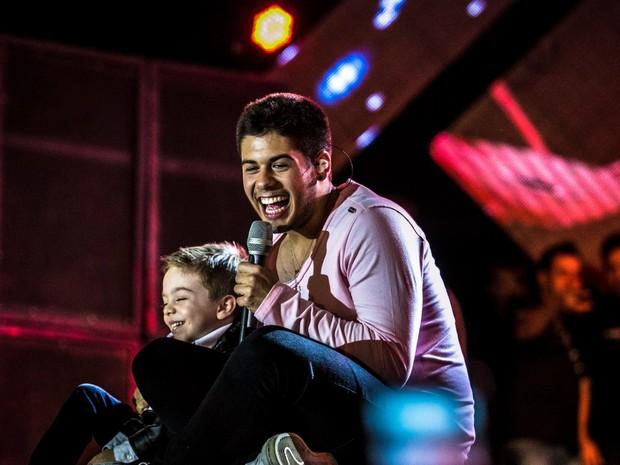 Felipe Marcondes de 5 anos, fã do cantor Leonardo, sobe ao palco para cantar com Zé Filipe no Rodeio de Sertãozinho, SP (Foto: Equipe MW Produções/Divulgação)