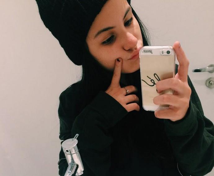 Giovanna Rispoli pintou as madeixas de preto para viver a gótica Jojô em 'Totalmente Demais' (Foto: Arquivo pessoal)