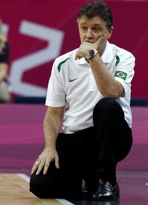 O técnico Rúben Magnano observa o último jogo do basquete masculino na Olimpíada de Londres (Foto: Juan Carlos Hidalgo/EFE)