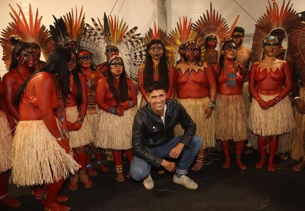 Reynaldo Gianecchini com índios no SPFW (Foto: Iwi Onodera/ EGO)