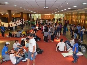 Professores ocupam saguão da Alesc na noite desta terça (Foto: Sinte-SC/Divulgação)