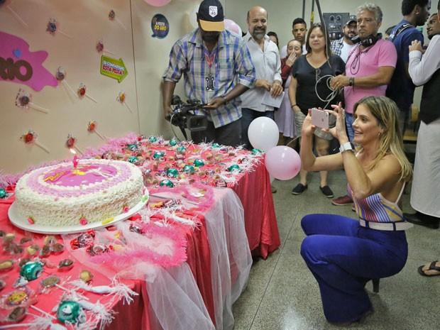 de festa! Deborah Secco comemora aniversário e ganha festa surpresa