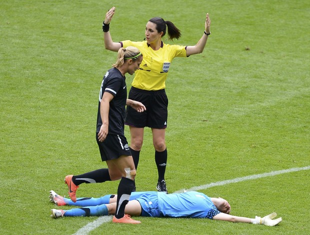 Alex Morgan acerta joelho no rosto da goleira da Nova Zelândia (Foto: Reuters)