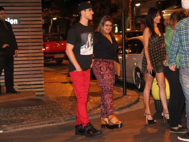 Preta Gil com o namorado, Thiago Tenório, e amigos em restaurante na Zona Sul do Rio (Foto: Rodrigo dos Anjos/ Ag. News)
