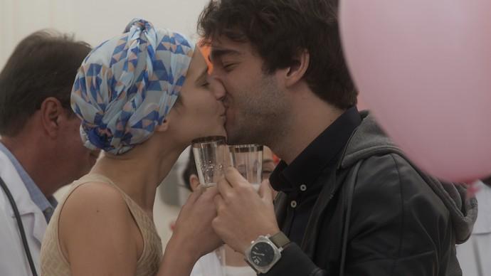 O casal brinda até com champanhe! (Foto: TV Globo)