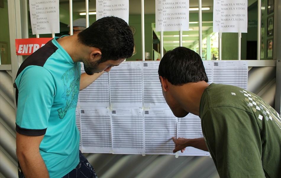 Estudantes conferem salas de provas na Escola Superior de Tecnologia da UEA (Foto: Tiago Melo/G1 AM)