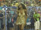 Com vestido decotado, Cris Vianna mostra samba no pé em ensaio