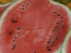 Melancia tem vitaminas, antioxidantes e ajuda a prevenir doenças como o câncer (Foto: Reprodução / TV TEM)
