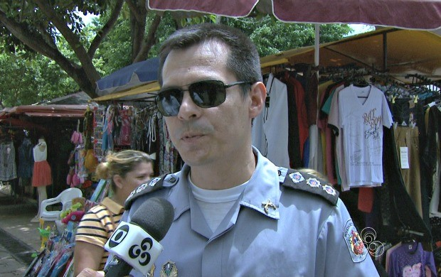 Tenente-Coronel Atuhalpa Ribeira coordenou a ação e orientou população quanto a segurança (Foto: Bom Dia Amazônia)