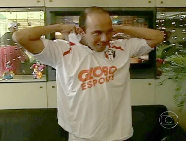 Marcelo Paraíba com a camisa do Inacreditável Futebol Clube (Foto: Reprodução)