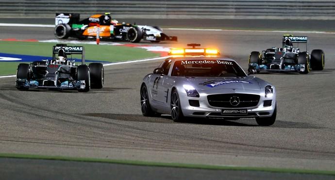 Safety car entrou em ação no GP do Bahrein após acidente entre Pastor Maldonado e Esteban Gutiérrez (Foto: AFP)