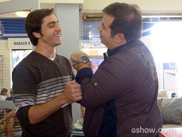 Felipe Abib não consegue segurar o riso ao lado de Hassum (Foto: Geração Brasil / TV Globo)