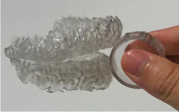 Foto mostra a escova feita em impressora 3D que tem o formato da boca do usuário (Foto: Divulgação/Blizzdent)
