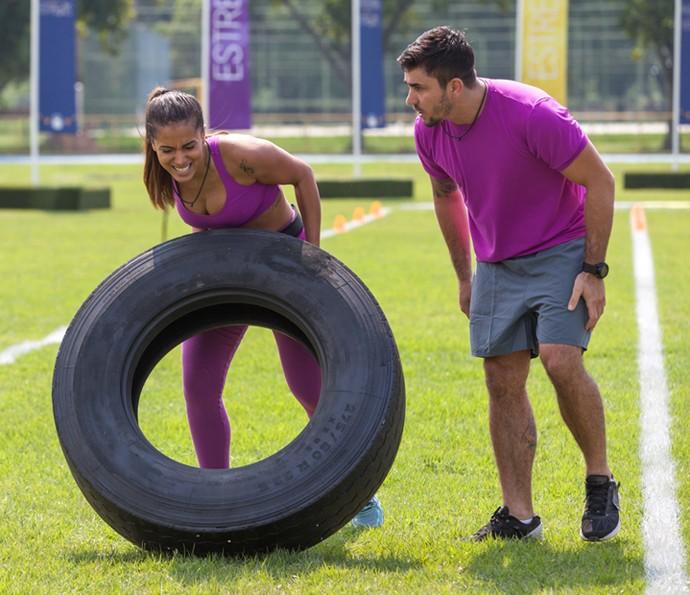 Anitta levanta pneu em competição (Foto: Fabiano Battaglin/Gshow)