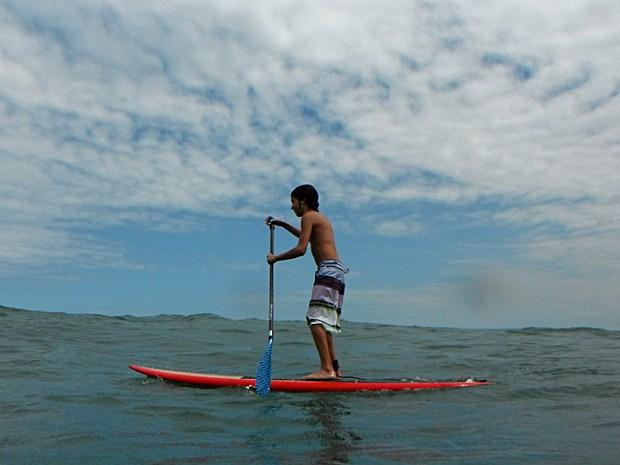 Matheus Costa pratica o stand up paddle desde que aprendeu a surfar (Foto: Arquivo Pessoal)