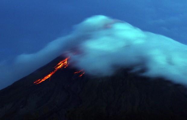 Vulcão Mayon expele lava nas Filipinas, nesta quarta-feira (17) (Foto: Charism Sayat/AFP)