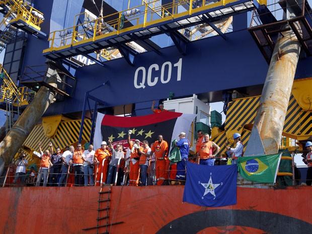 Portuários invadem navio chinês no Porto de Santos (Foto: Carlos Nogueira/A Tribuna de Santos)