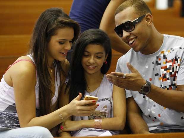 Bruna Marquezine com celular (Foto: Salve Jorge / TV Globo)