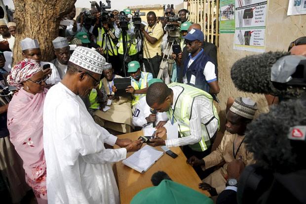 O ex-ditador e opositor Muhammadu Buhari vota neste sábado em Daura (Foto: Akintunde Akinleye/Reuters)