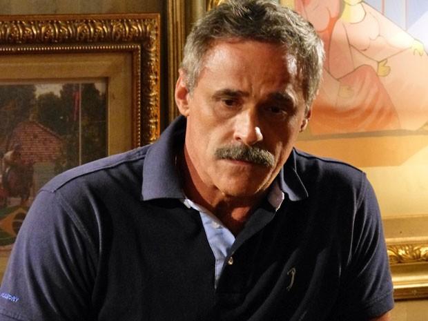 Coronel Nunes fica chocado depois que Wanda aponta arma para ele (Foto: Salve Jorge/ TV Globo)