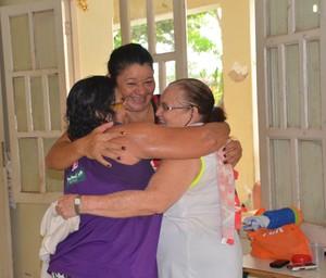 Grupo de Capoeira da Terceira Idade: terapia do abraço faz parte da atividade das idosas (Foto: Nathacha Albuquerque)