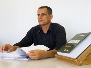 Sub-corregedor Wellington mostra relatório que revela diminuição no número de inquéritos policiais em 2013 (Foto: Jonathan Lins/G1)