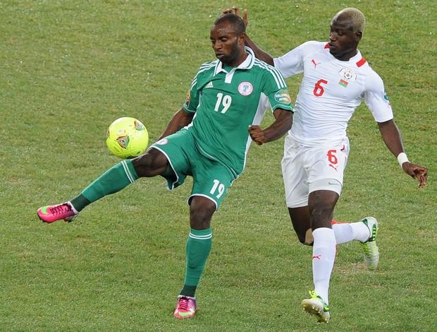 Sunday Mba e Djakaridja Kone, Nigéria x Burkina Faso (Foto: AFP)
