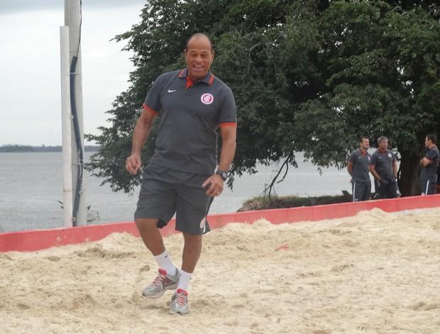 Paulo Paixão ensaia passo de samba no treino (Foto: Tomás Hammes/GLOBOESPORTE.COM)