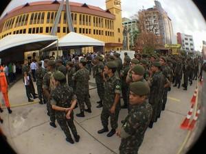 Oficiais do Exército participam do Dia de Mobilização Nacional contra o mosquito Aedes Aegypti (Foto: Maurício Araya / G1)