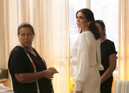 Rebeca é surpreendida durante prova do vestido de noiva