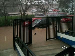 Feto é encontrado por moradora após deslizamento de terra em Salvador (Foto: Imagens/ TV Bahia)