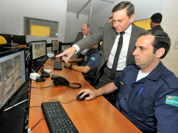Guarda Municipai e o prefeito Pedro Bigardi acompanham imagens no Gabinete de Gestão Integrada Municipal  (Foto: Paulo Grégio)