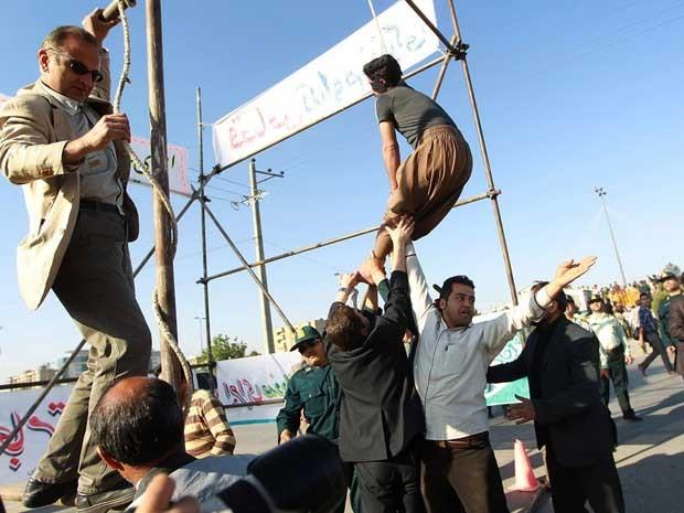 Imagem liberada pela agência iraniana Mehr mostra autoridades iranianas resgatando homem, que estava prestes a ser enforcado, após o perdão da família da vítima (Foto: AFP PHOTO/MEHR NEWS/MEHDI BOLOURIAN)
