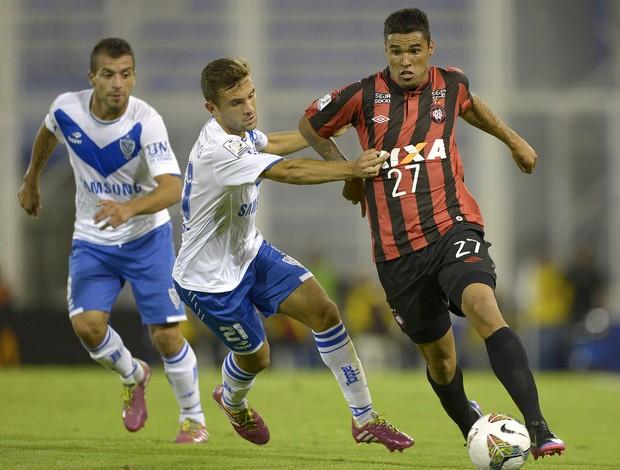Agustin Allione e Matias Mirabaje Velez x Atlético-PR (Foto: AFP)