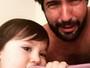 Sandro Pedroso faz vídeo ensinando o filho de 1 ano a ser ator