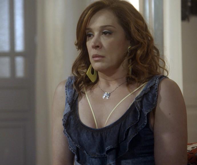 Salete espera Jéssica chegar em casa para ter uma conversa séria (Foto: TV Globo)