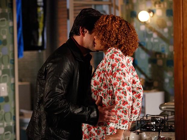 Verônica não resiste e os dois se beijam (Foto: Raphael Dias/ TV Globo)