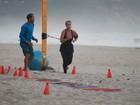Carolina Dieckmann faz exercícios na areia