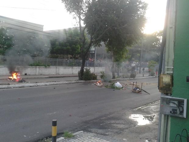 Estudantes fazem barricadas em frente à sede do IFCE (Foto: André Teixeira/G1 CE)