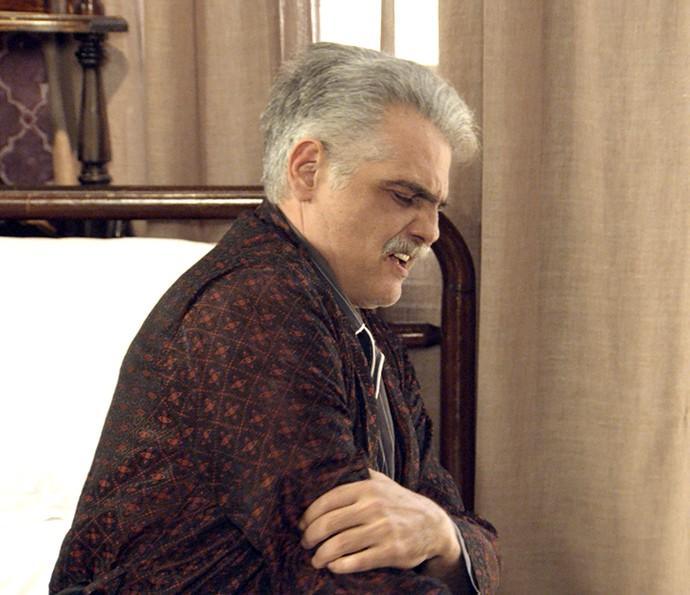 Severo passa por dificuldades sozinho em casa (Foto: TV Globo)