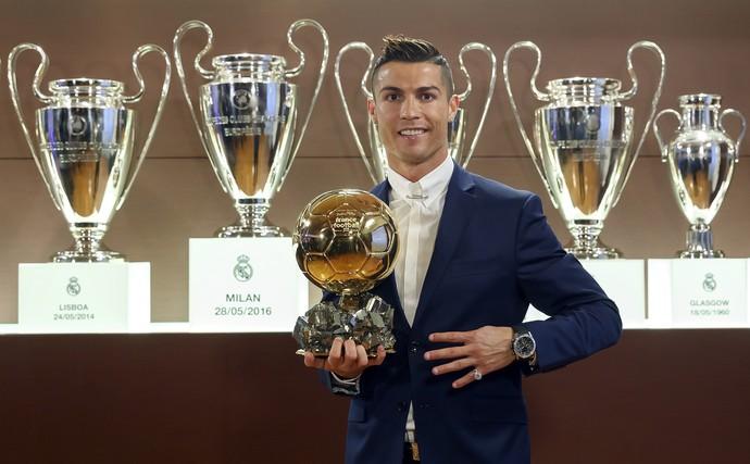 Cristiano Ronaldo com a Bola de Ouro da France Football (Foto: EFE/Angel Martinez )
