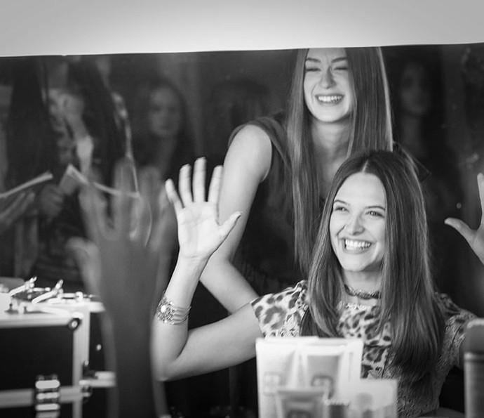 Juliana Paiva e Marina Ruy Barbosa se divertem nos bastidores de 'Totalmente Demais' (Foto: Raphael Dias / Gshow)