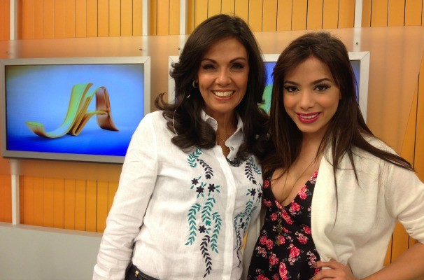 Anitta posa com a apresentadora do Jornal do Almoço, Cristina Ranzolin (Foto: Divulgação/RBS TV)